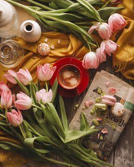 Фото Чашка - кофе на блюдце в окружении розовых тюльпанов, by Anastasia Markovych