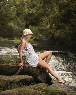 Фото Девушка сидит на камне у реки, фотограф Dmitry Arhar