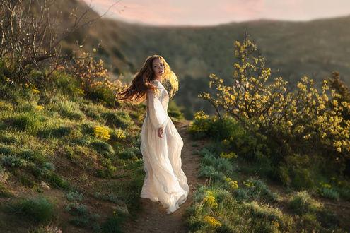 Фото Девушка в длинном платье стоит на тропинке. Фотограф Бармина Анастасия