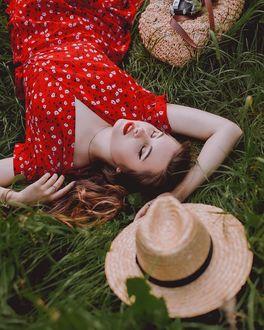 Фото Девушка лежит на траве и рядом с ней шляпа и сумка, by Anastasia Markovych