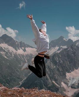 Фото Девушка в прыжке на фоне гор, by septembrenell