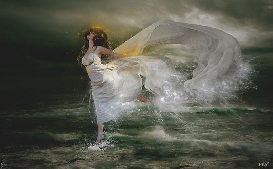Фото Девушка в белом платье шагает по воде, by IPNatali