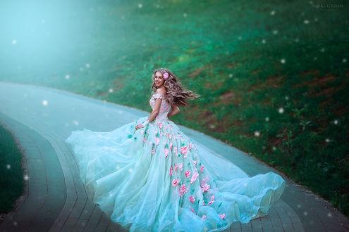 Фото Девушка в длинном голубом платье стоит на дорожке. Фотограф Натка Гримм