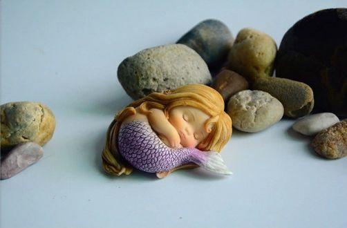 Фото Спящая Русалочка возле камешков, игрушка для украшения домашнего аквариума