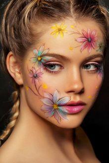 Фото Девушка с нарисованными цветами на лице