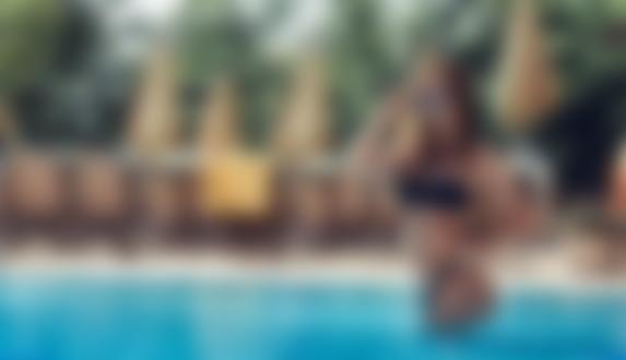 Фото Модель Yanita Belova в купальнике и очках стоит в воде, фотограф Maksim Shestakov