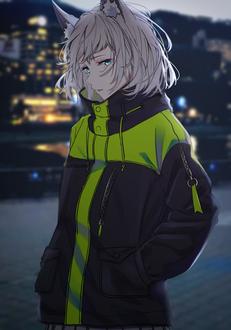 Фото Неко-девушка стоит на улице вечернего города