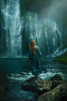 Фото Девушка стоит на камне перед водопадом, фотограф TJ Drysdale