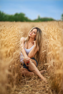 Фото Девушка Ирина Селиванова сидит на пшеничном поле. Фотограф Георгий Дьяков