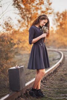 Фото Девушка с цветами в руках стоит на железной дороге рядом с чемоданом, фотограф Неволов Илья