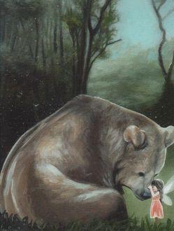 Фото Девочка с крылышками стоит перед большим медведем