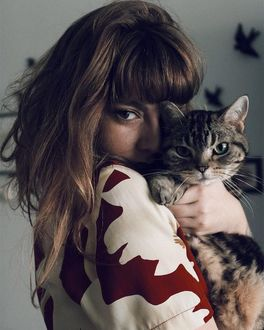 Фото Девушка с кошкой на руках