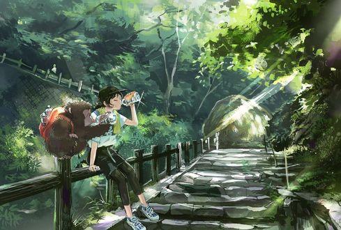 Фото Девочка и обезьянка сидят на ограждении моста и пьют воду из бутылок