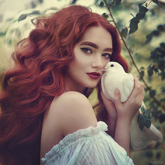 Фото Девушка с голубем в руке Фотограф Марина Жаринова