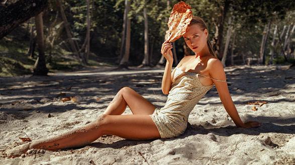 Фото Модель Светлана Прихожева сидит на песке, прикрывшись листом, by Georgy Chernyadye