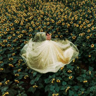 Фото Девушка в пышном платье на поле с подсолнухами, фотограф Jovana Rikalo