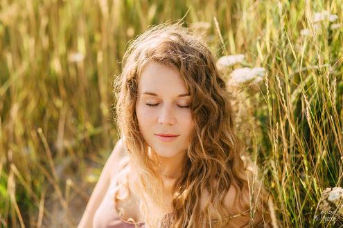 Фото Девушка с закрытыми глазами на фоне травы. Работа - Первый день лета. Фотограф Ульяна Мизинова