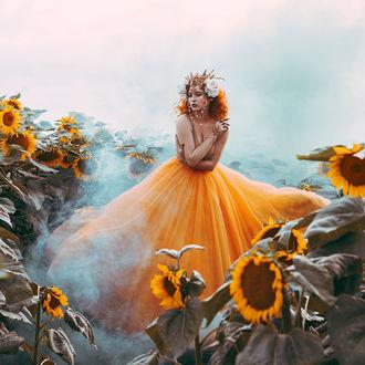 Фото Девушка в желтом платье стоит в подсолнухах, by Jovana Rikalo