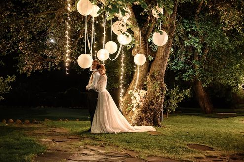 Фото Молодая пара стоит у дерева с шариками, фотограф Сергей Канциренко
