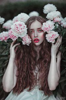 Фото Девушка с длинными волосами у белорозовых пионов, фотограф Светлана Беляева