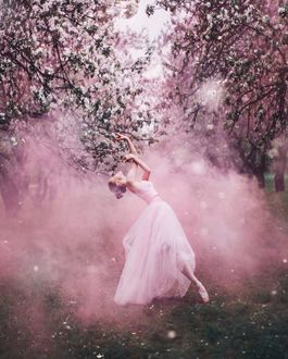 Фото Девушка - балерина под весенними деревьями