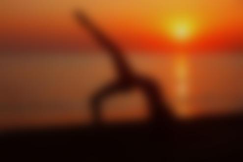 Фото Девушка занимается йогой у моря на фоне заката. Фотограф Марина Володько
