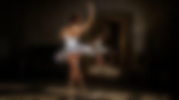Фото Модель Катя стоит перед зеркалом, фотограф Георгий Чернядьев