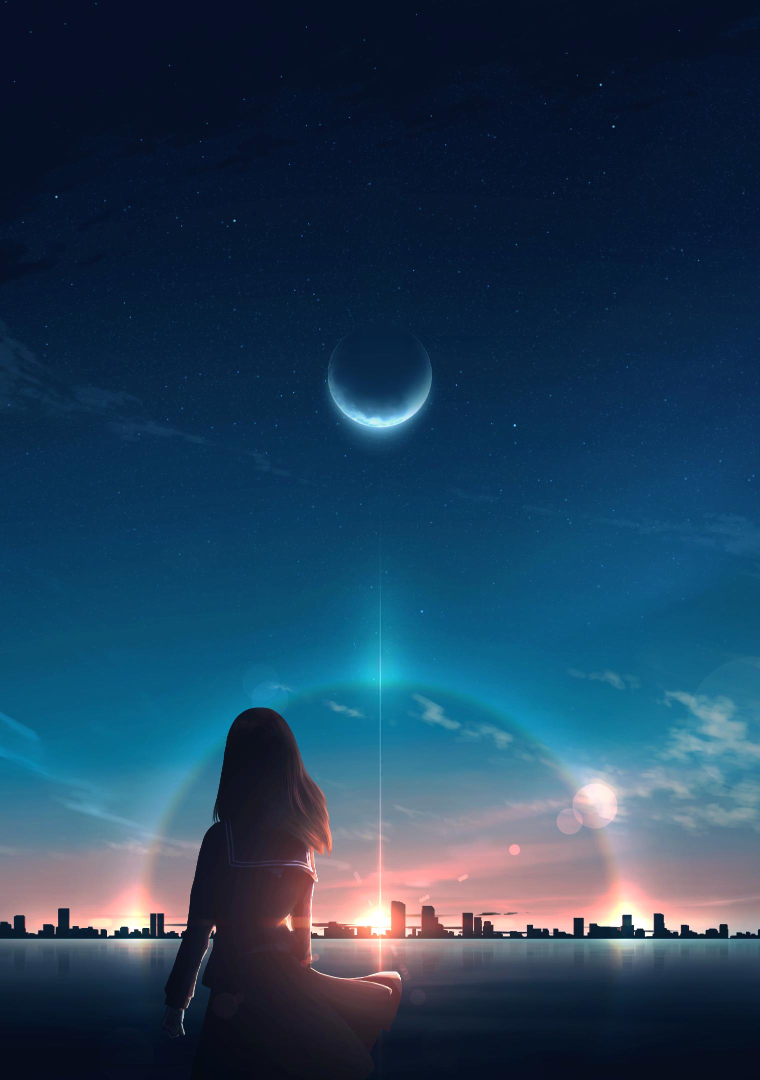 Фото Девушка смотрит на город в лучах заходящего солнца
