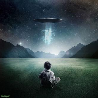 Фото Мальчик смотрит на НЛО испускающие лучи
