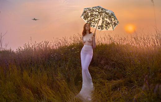 Фото Девушка с зонтом стоит на фоне неба Фотограф Andrew Gnezdilov