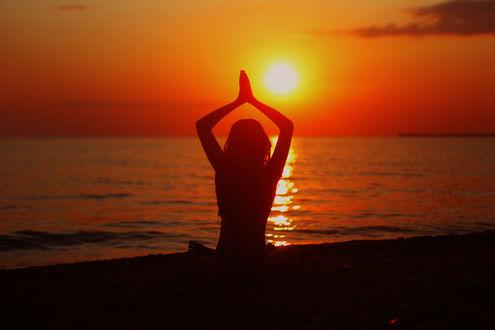 Фото Девушка сидит у моря на фоне захода солнца. Фотограф Марина Володько