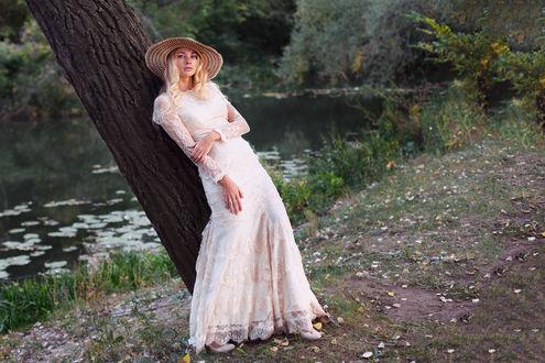 Фото Дама в шляпке стоит у дерева, Фотограф Алексей