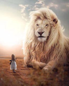 Фото Девочка с плюшевой игрушкой стоит перед огромным львом, by Zenja Gammer