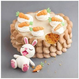 Фото Оригинальный торт в виде сытого зайки лежащего у пенька с морковками