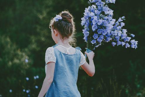 Фото Девочка с букетом цветов-колокольчиков стоит к нам спиной, фотограф Anita Austvika