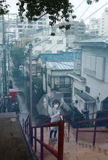 Фото Девушка с зонтом стоит на ступеньках под дождем