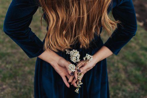 Фото В руках девушки весенняя веточка, by Artsy Vibes