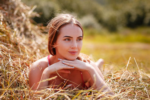 Фото Девушка лежит на сене, by Aleksei Gilev
