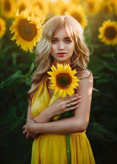 Фото Девушка с подсолнухом в руке, фотограф Светлана Беляева