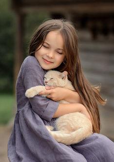 Фото Девочка обнимает кошку, фотограф Виктория Дубровская