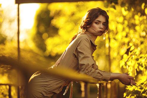 Фото Девушка стоит на фоне осенней природы, фотограф Dmitry Trishin