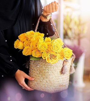 Фото В руках девушки сумка с желтыми розами