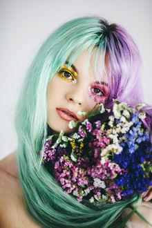 Фото Девушка с зелено-сиреневыми волосами и букетом цветов, by Jovana Rikalo