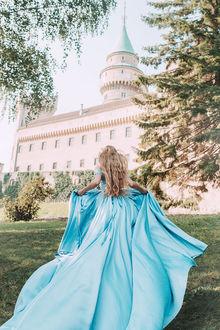 Фото Девушка в голубом платье стоит на фоне дворца, by Jovana Rikalo