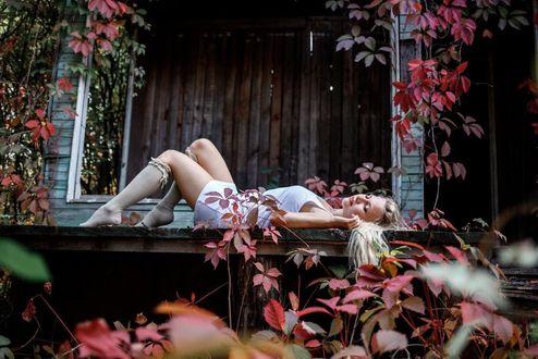 Фото Девушка - блондинка лежит на крыльце, by ElenaDudina