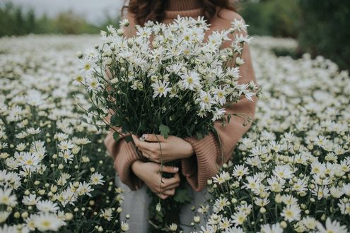 Фото В руках девушки букет цветов