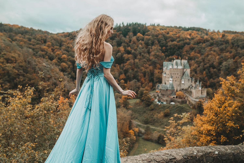 Картинки девушки на фоне замка