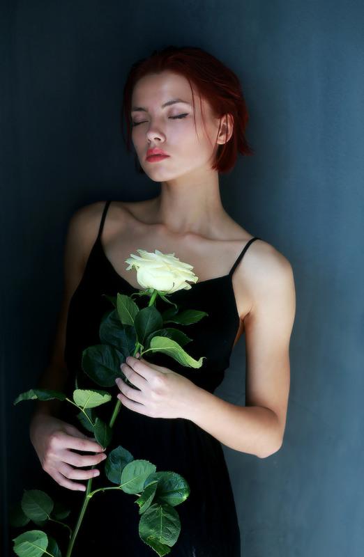 Роза в руках девочки