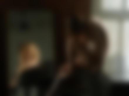 Фото Обнаженная девушка сидит на рояле, отражаясь в зеркале. Фотограф Gene Oryx