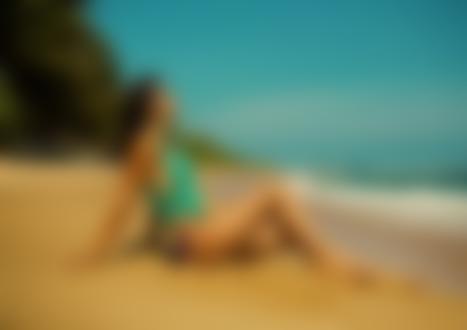Фото Модель Ирина Дрейт в купальнике сидит на песке у моря, фотограф Александр MAVRIN